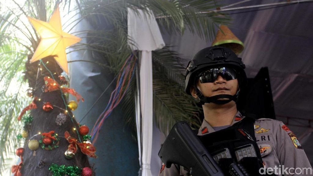 Polisi Sterilisasi Gereja Katedral Jelang Misa Natal