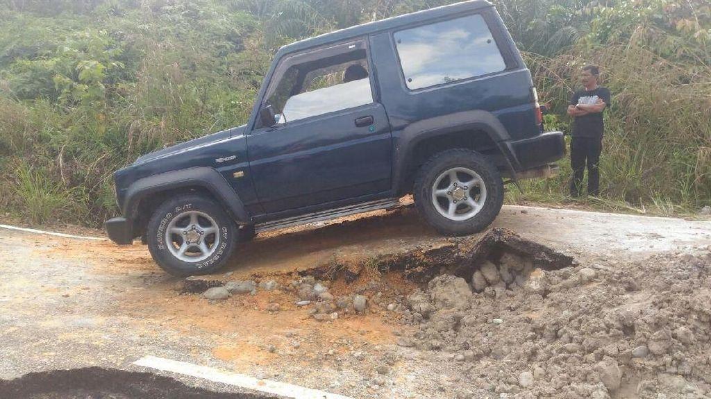 Foto: Mendadak Off-Road karena Jalan Amblas di Riau