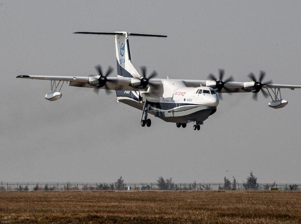 Penerbangan Perdana Pesawat Amfibi Terbesar di Dunia