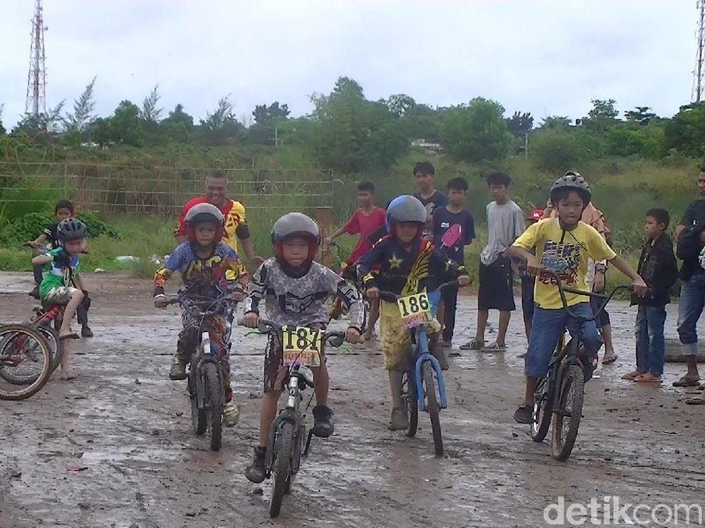 Foto: Seru! Balap Sepeda Menerjang Lumpur di Pangkalpinang