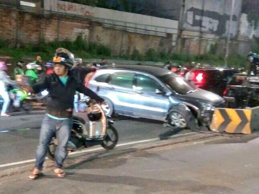 Honda CRV Tabrak Pembatas Jalan RE Martadinata