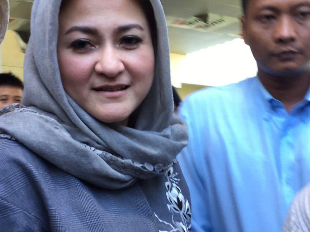 Foto: Istri Novanto Tinggalkan KPK Usai Beri Bihun Bebek ke Suami