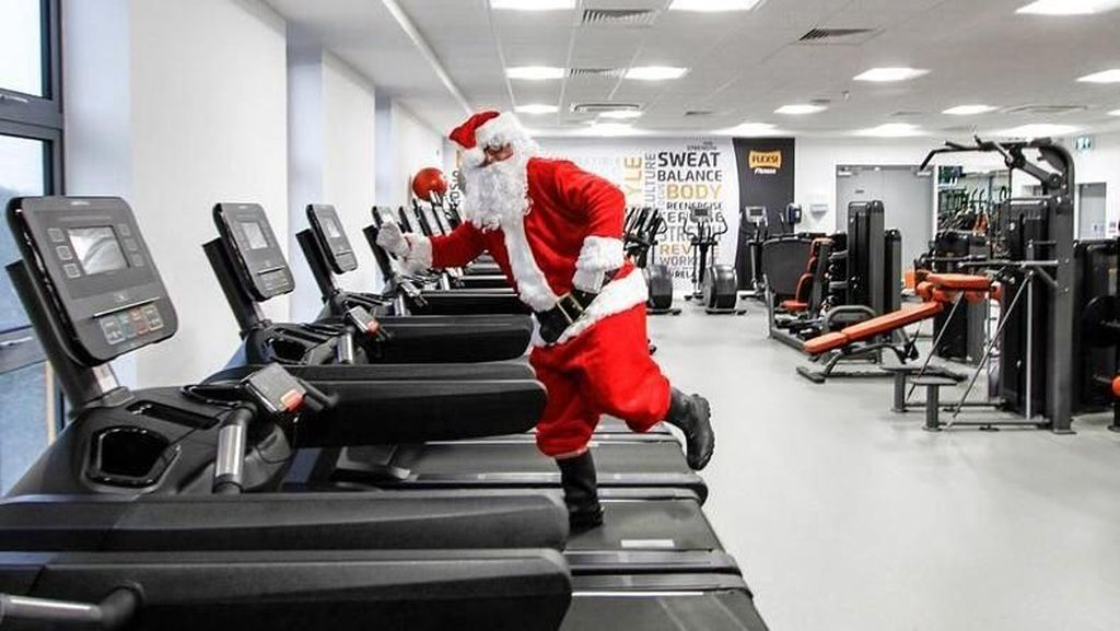 Foto: Lucunya Penampakan Santa Claus Nge-gym