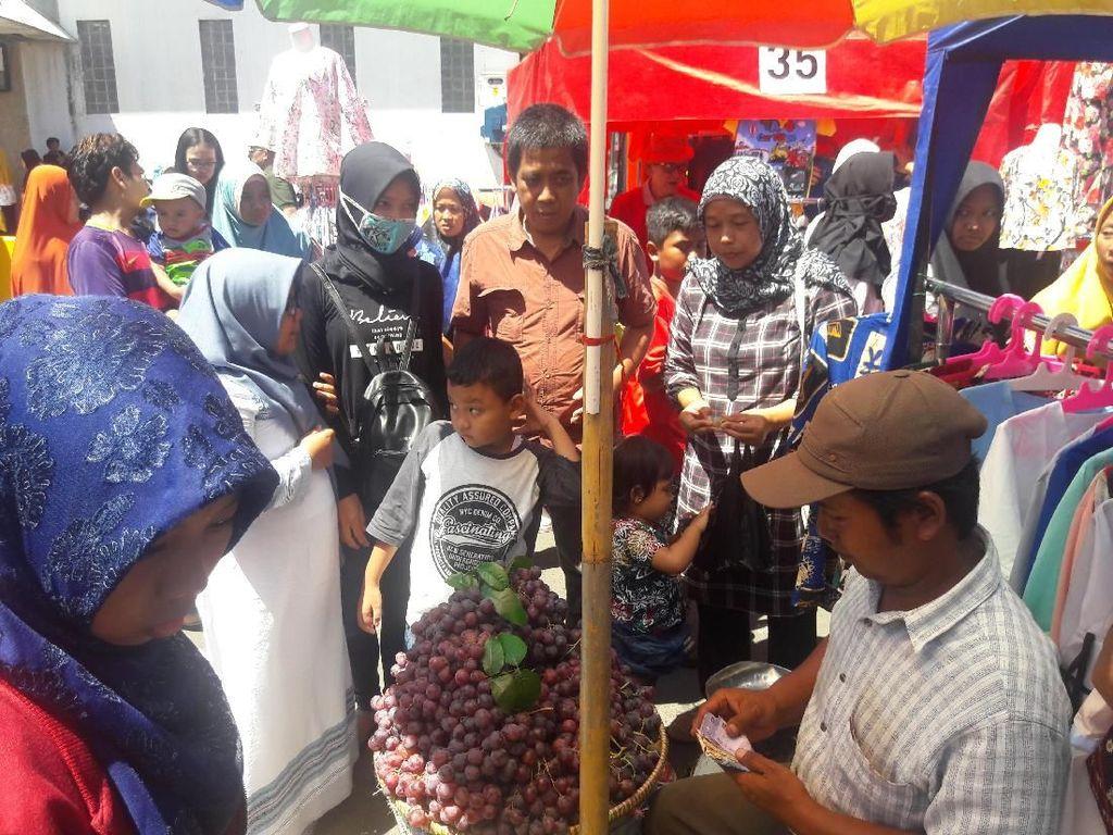 Foto: PKL yang Masih Nekat Berjualan di Trotoar Tanah Abang