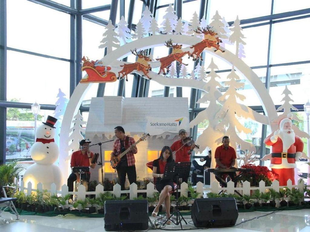 Berbagi Kasih Natal di Bandara Soekarno-Hatta