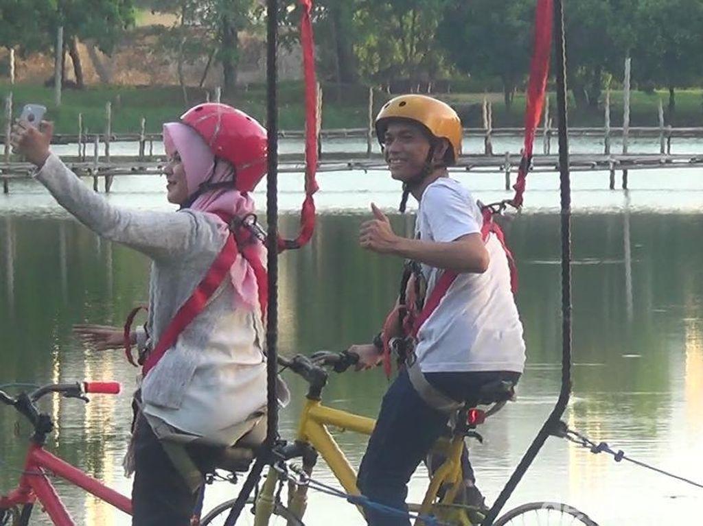 Foto: Naik Sepeda di Atas Danau Cinta Akkarena Makassar