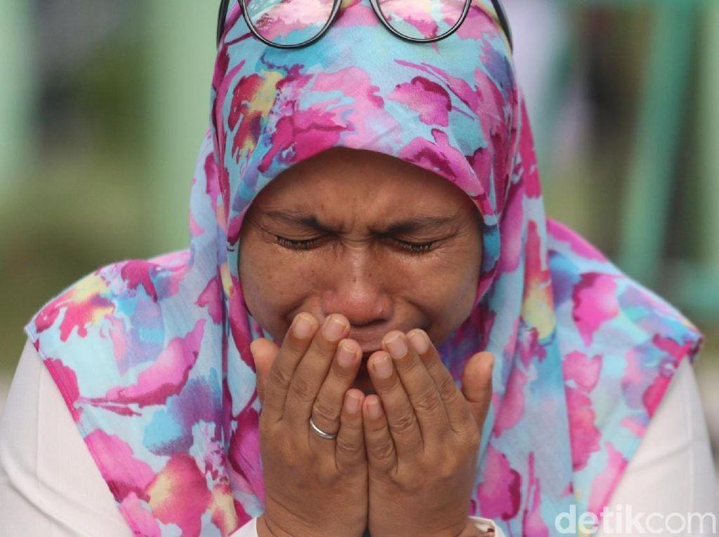 Foto: Tangis Warga Aceh di Kuburan Massal Korban Tsunami