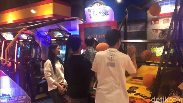 Ajak Cucu ke Botani Square, Jokowi Unjuk Gigi Main Basket