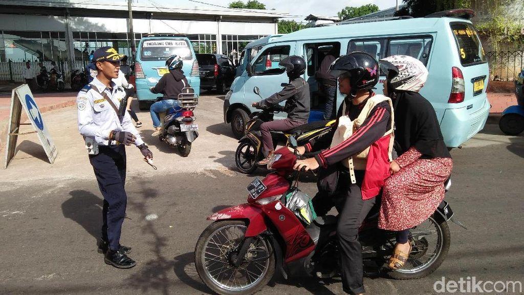 Foto: Pemotor Bingung Lihat Jalan Jatibaru Tanah Abang Ditutup
