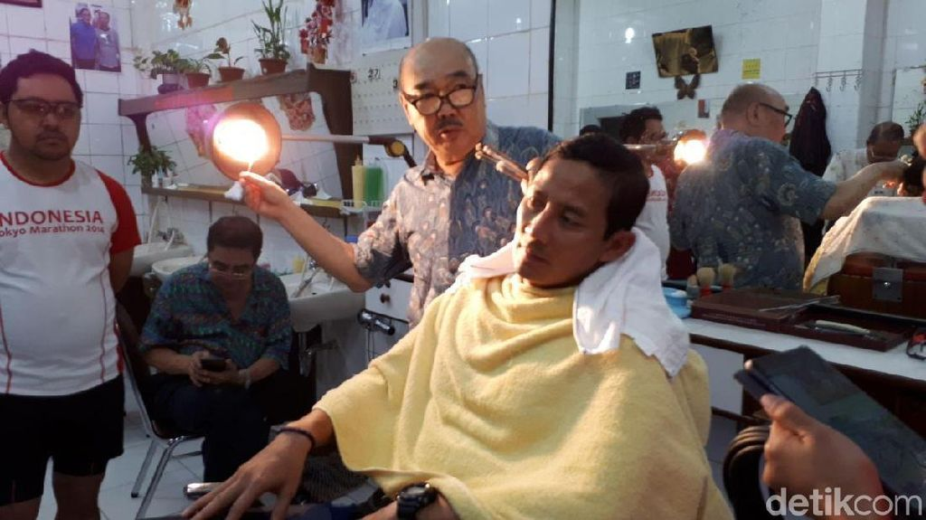 Ditemani Lulung, Sandiaga Uno Potong Rambut di Glodok