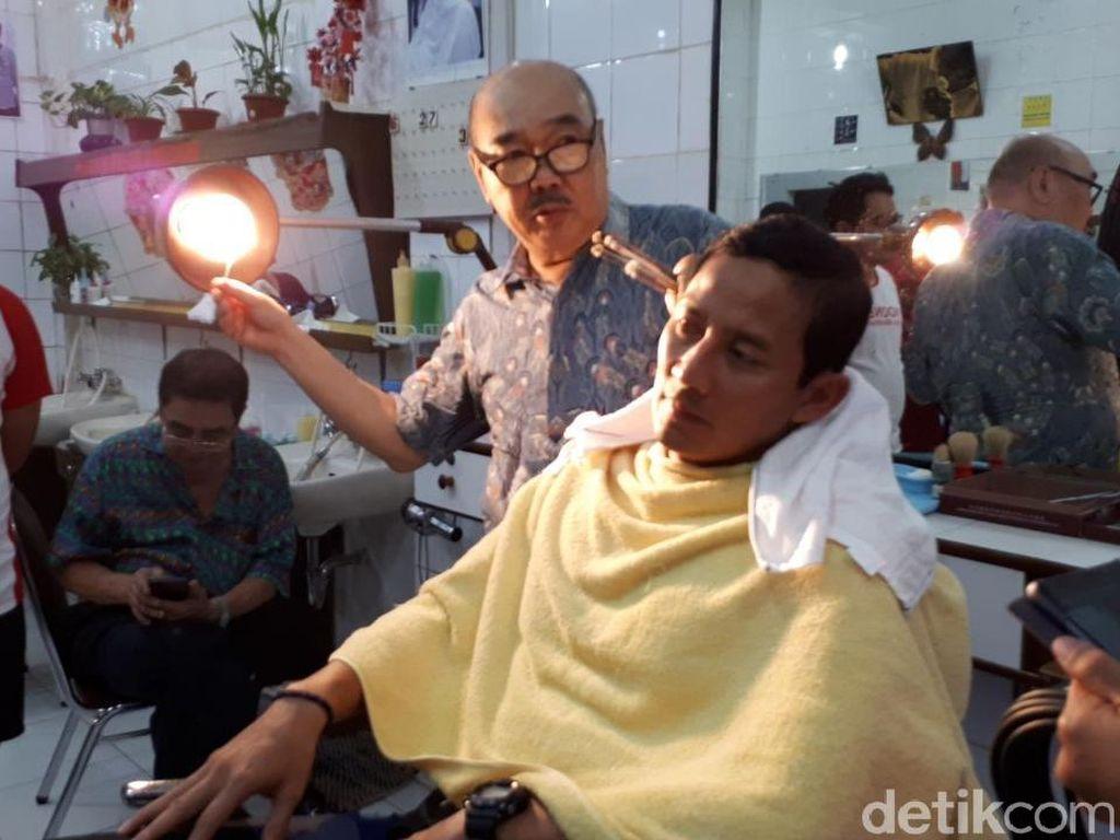 Foto: Sandiaga dan Lulung Potong Rambut Bareng di Ko Tang Glodok
