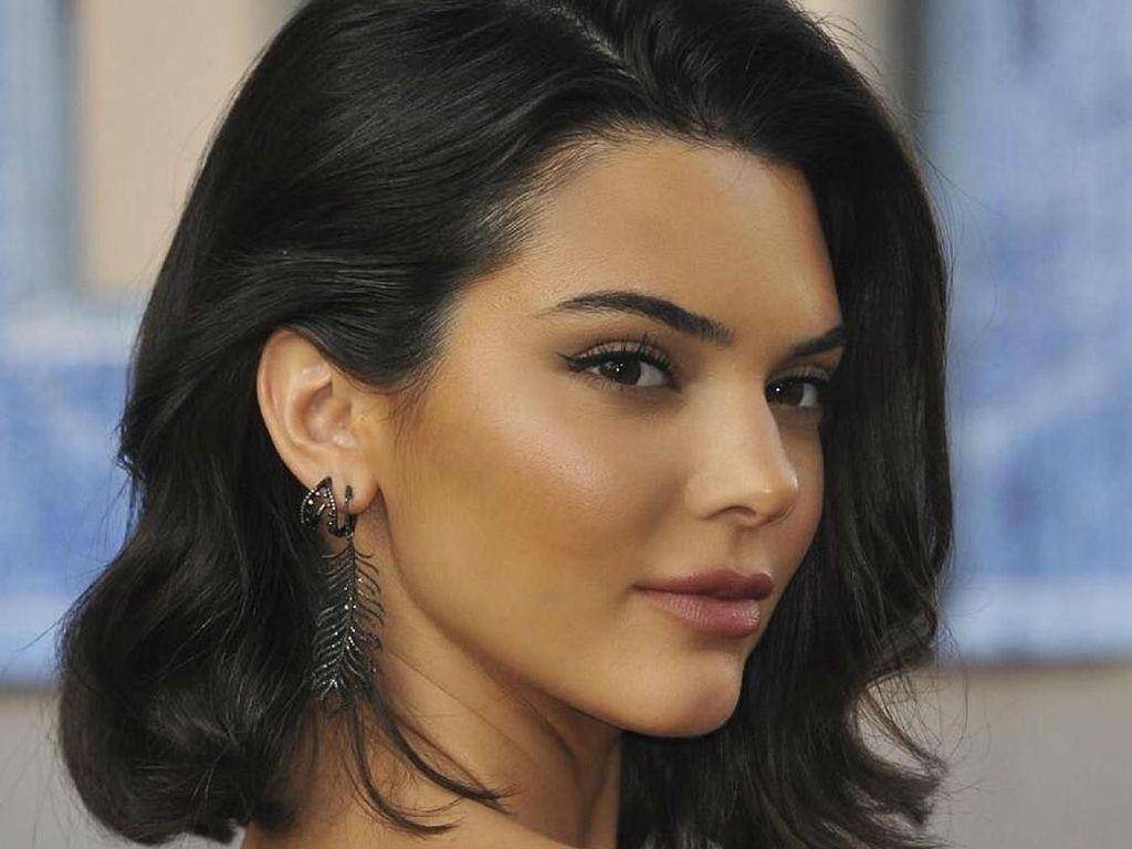 Foto: Gaya 6 Artis Hollywood Tampil Cantik Menawan dengan Rambut Hitam