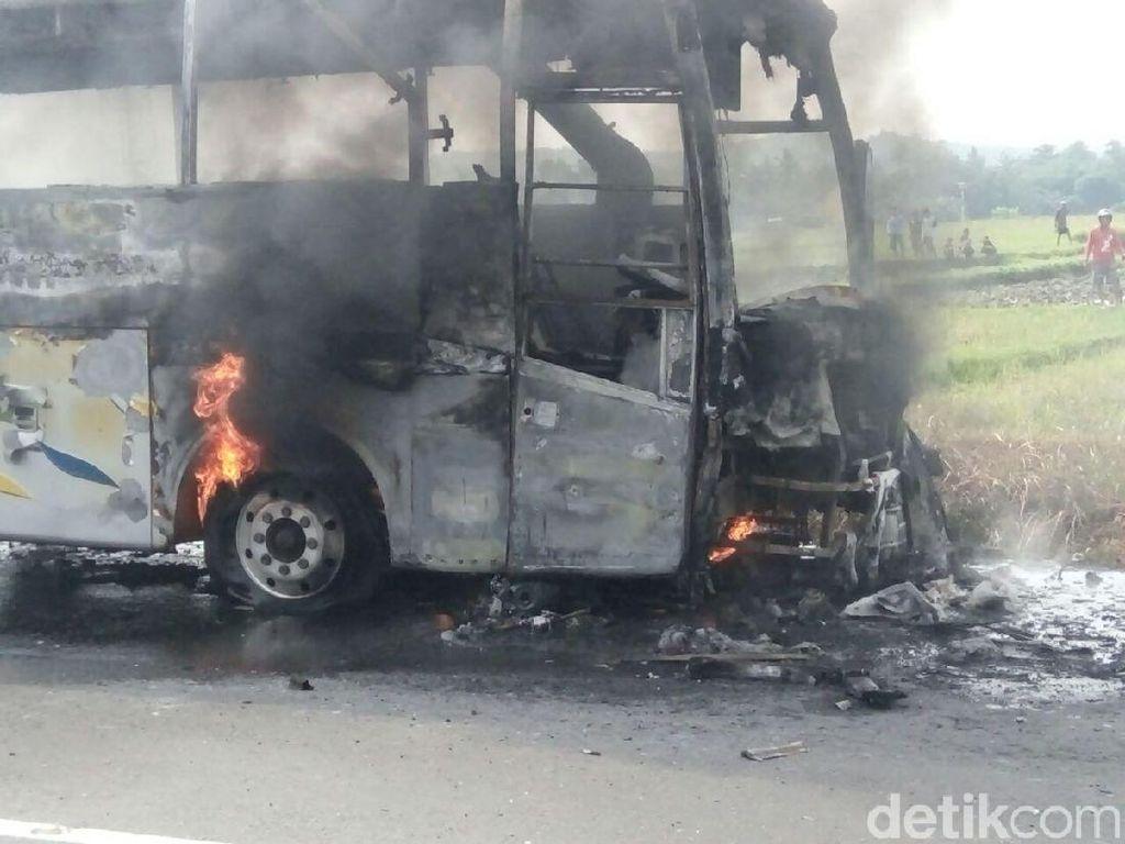 Heroik! Warga Gotong Royong Selamatkan Lansia di Bus Terbakar
