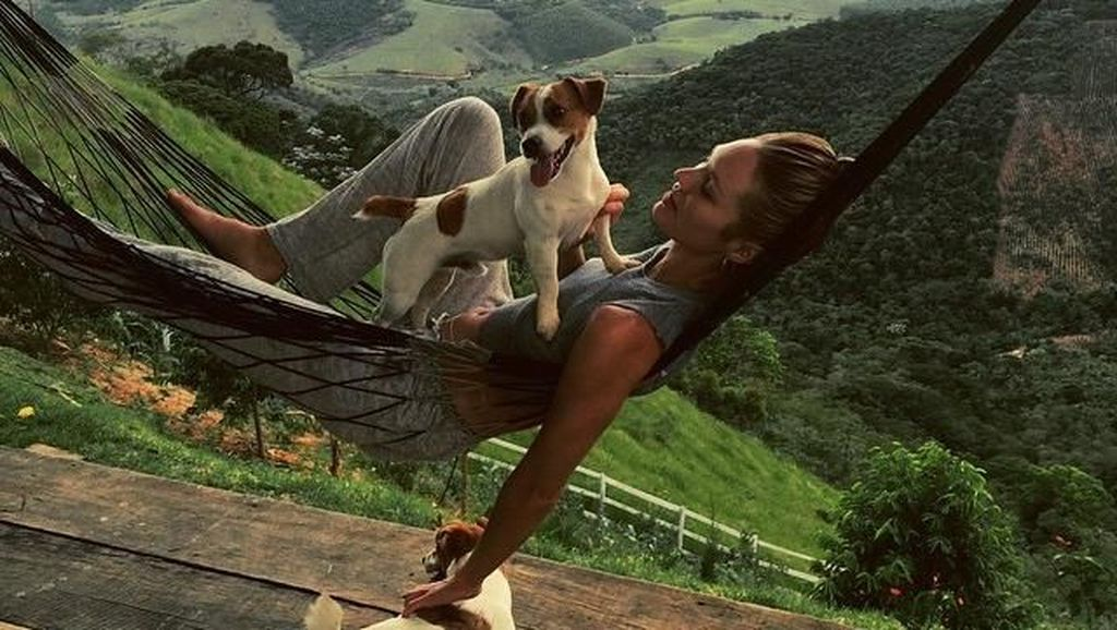 Foto : Gaya Liburan Si Seksi Candice Swanepoel