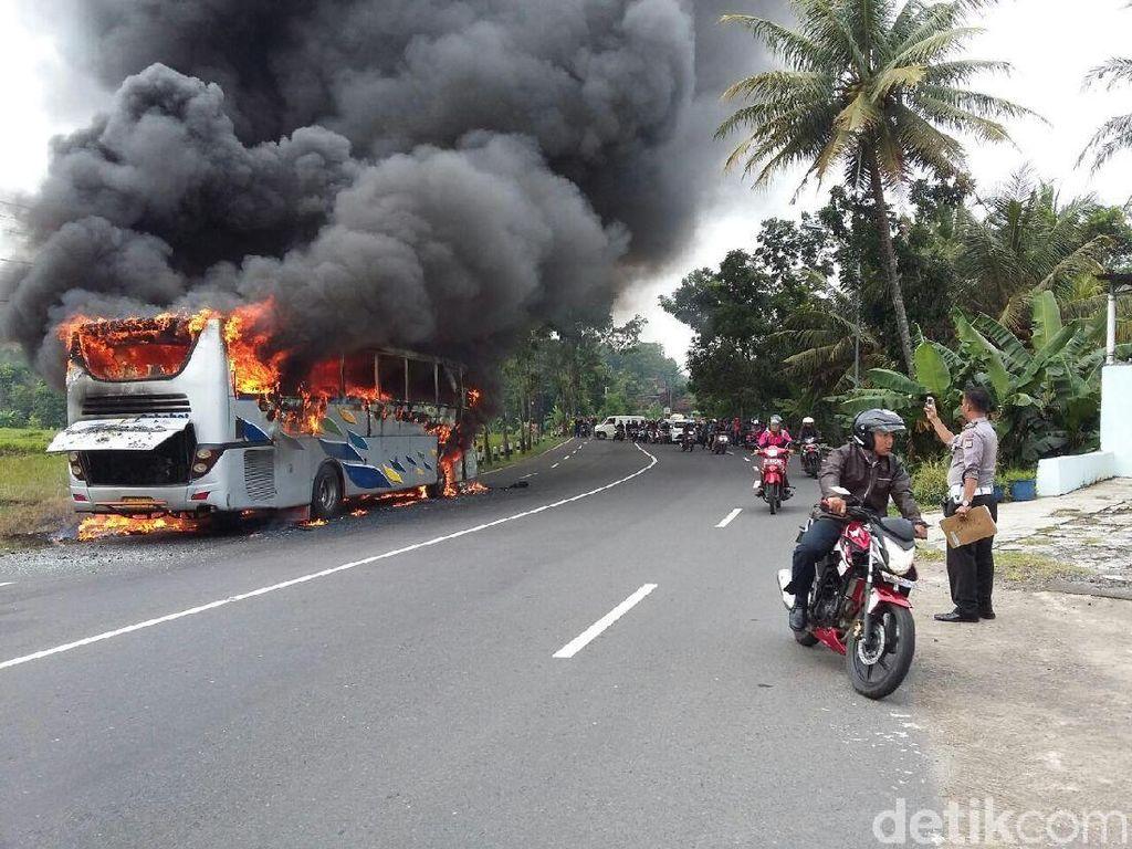 Foto: Kecelakaan Tragis di Bantul hingga Bus Terbakar