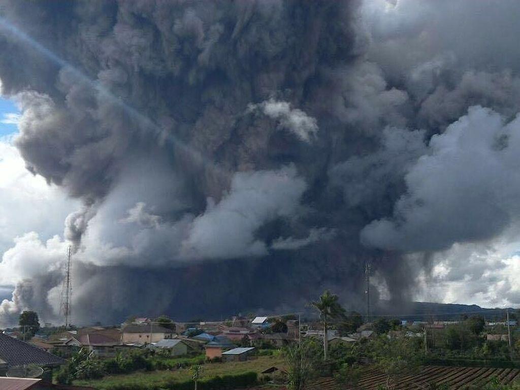 Gunung Sinabung Erupsi Lagi, Luncurkan Awan Panas Sejauh 4,6 Km