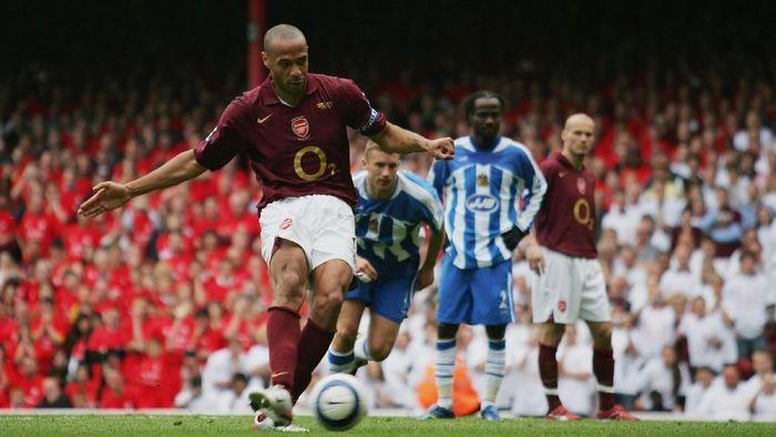 Thierry Henry dua kali meraih dua kali meraih gelar Sepatu Emas Eropa. Ia melakukannya secara beruntun bersama Arsenal pada musim 2003/2004 (30 gol) dan 2004/2005 (25 gol) (Foto: Shaun Botterill/Getty Images)