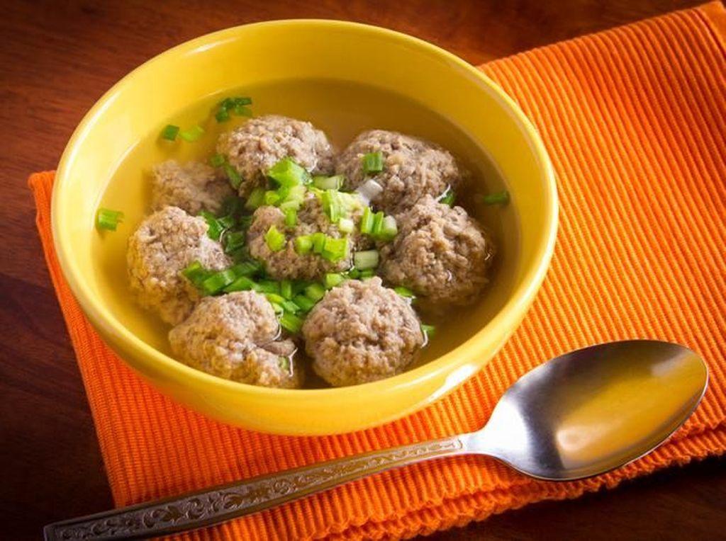 Menu Tahun Baru: Paduan Meatball dalam Sup dan Tumisan Pedas yang Nikmat