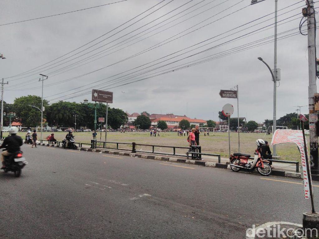 Rambu Dilarang Parkir di Alun-alun Yogya Kini Ditutup Kertas, Lho?
