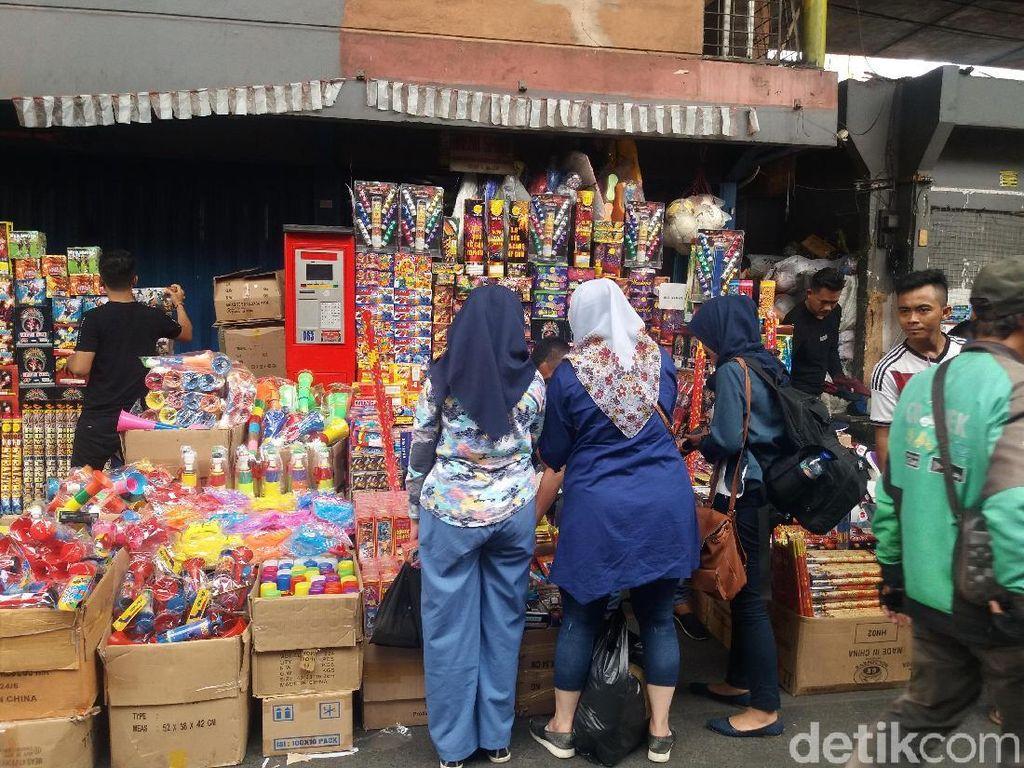 Pedagang Kembang Api Pasar Pagi Tambora Tumpahi Jalan, Lalin Macet