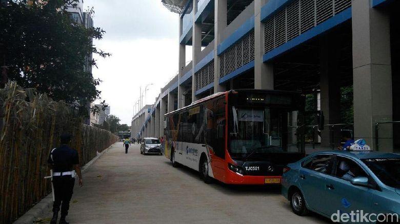 Naik Bus TransJakarta Langsung Nyambung ke Kereta Bandara Soetta