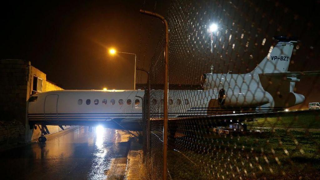 Terhempas Angin, Private Jet Tabrak Pagar dan Nuncep di Dinding