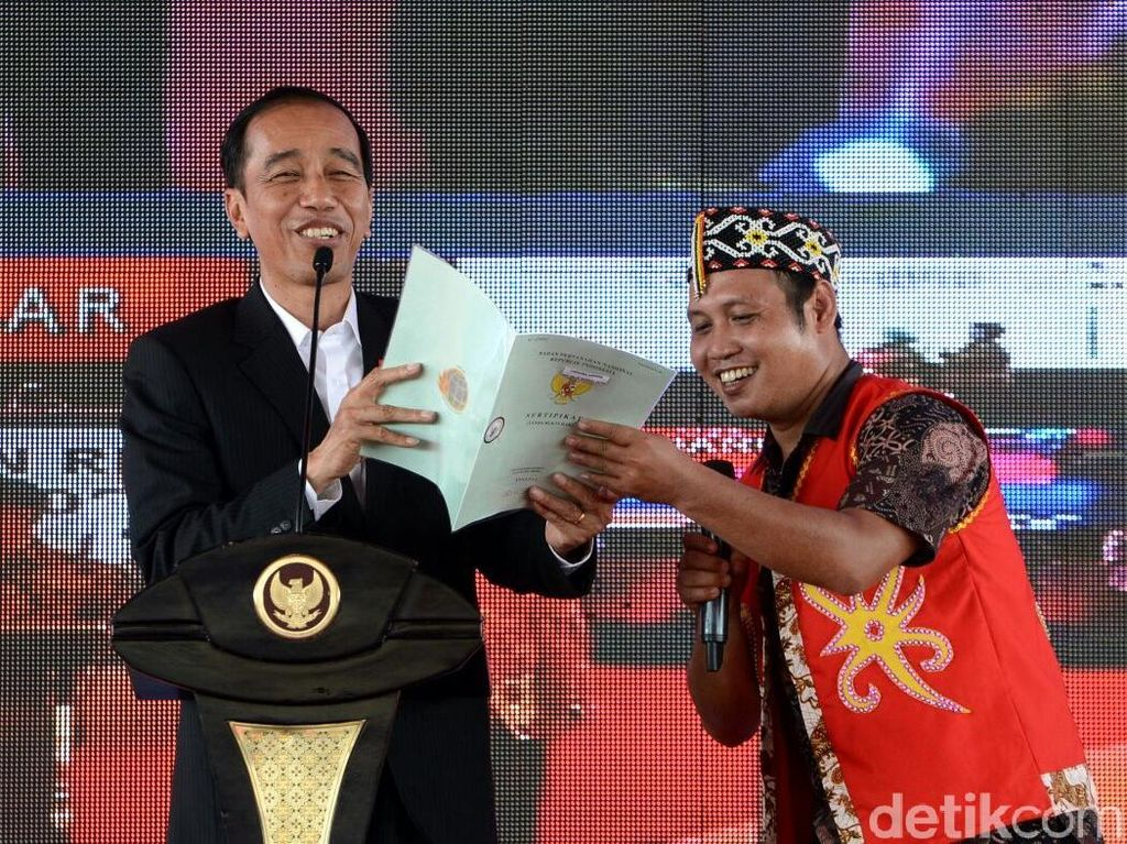 Potret Jokowi Bagi Sertifikat yang Disebut Amien Rais Ngibul
