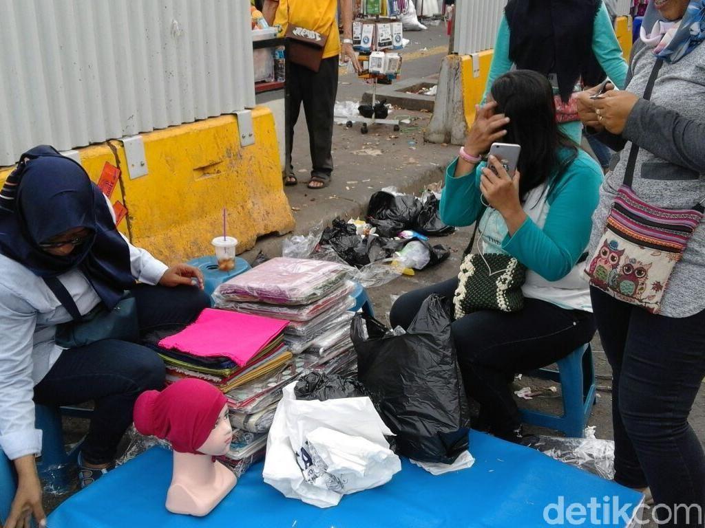 Seminggu Berdagang di Tenda, PKL Tanah Abang: Seneng Banget!