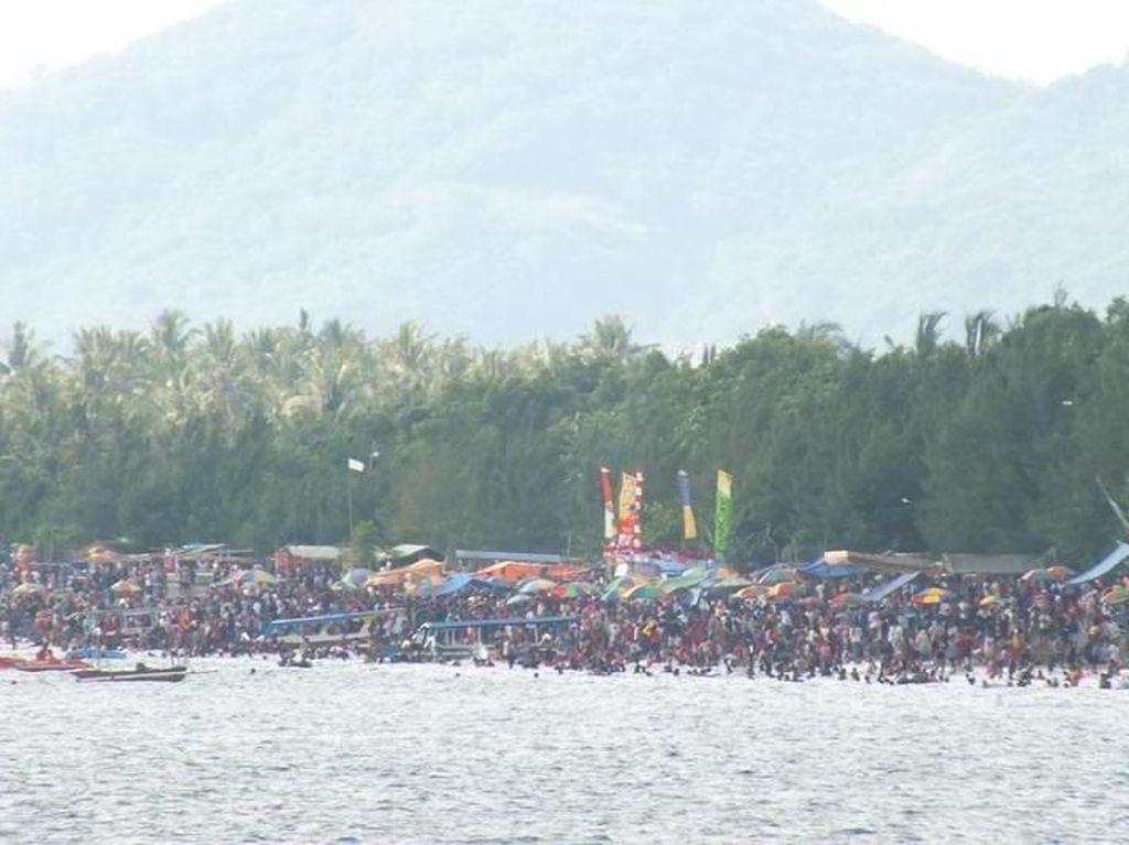 Momen Lebaran Topat di Pantai Cemara Lombok