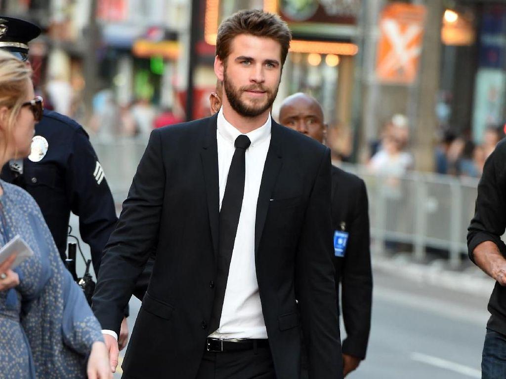 Ada Drama Baru Miley Cyrus, Liam Hemsworh Tertangkap Kamera Beli Ganja