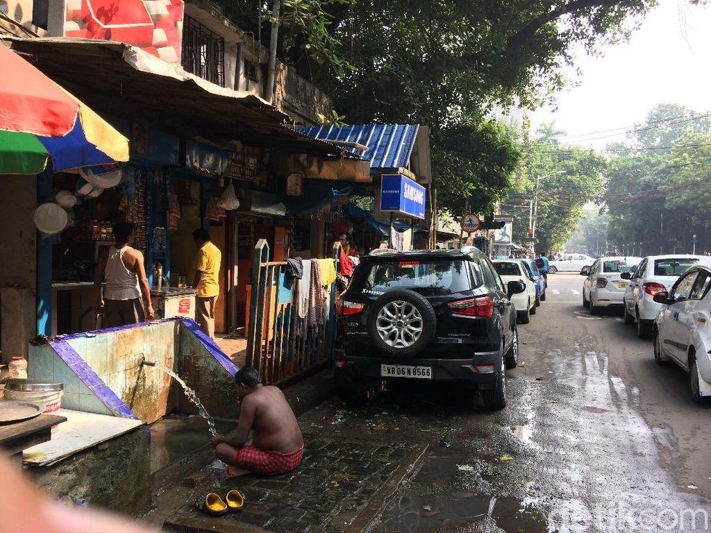 Melihat Langsung Orang India Mandi di Pinggir Jalan