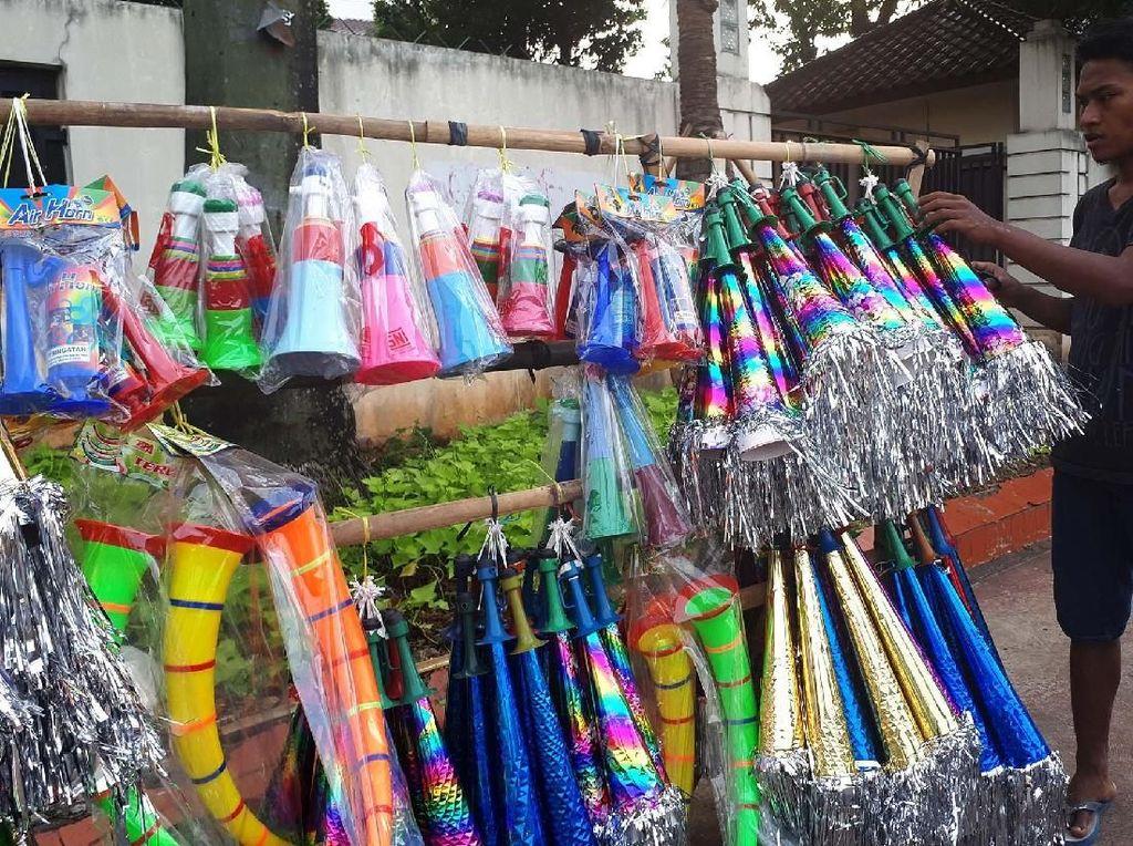 Foto: Saat Broadcast Difteri Bikin Sedih Pedagang Terompet