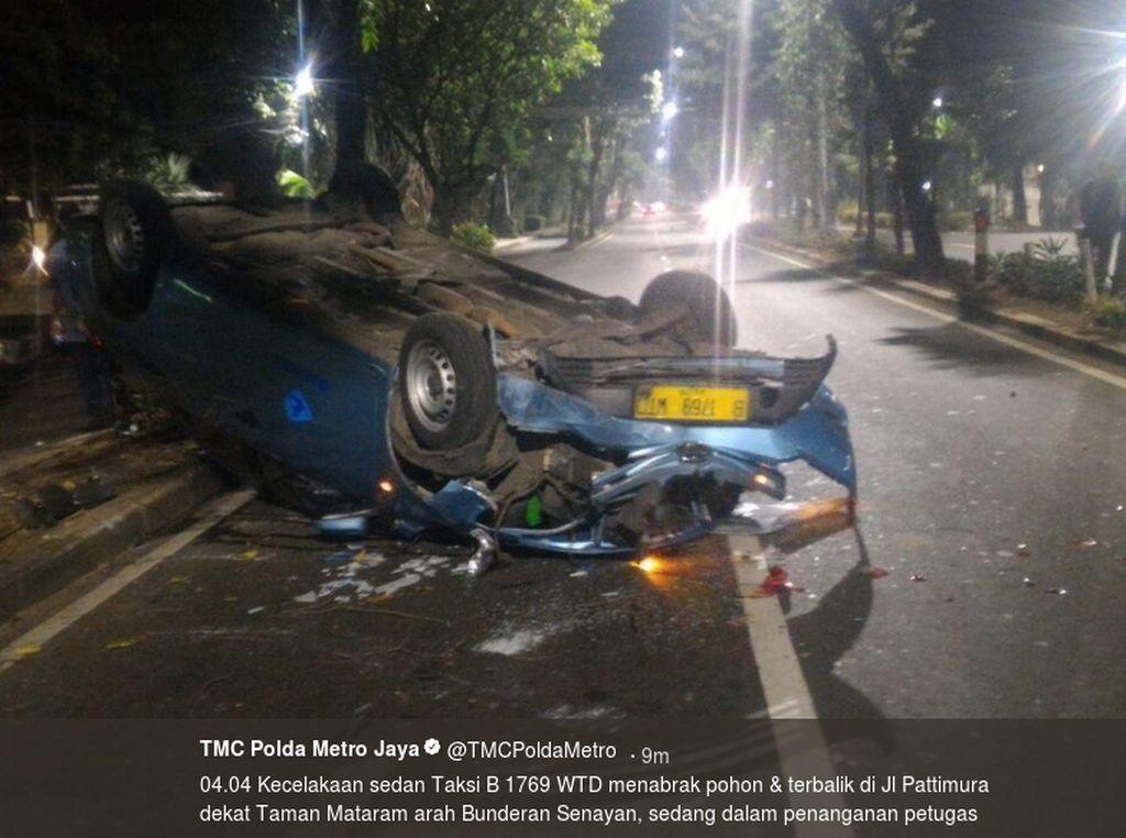Taksi Terbalik Setelah Tabrak Pohon di Jalan Pattimura Jaksel