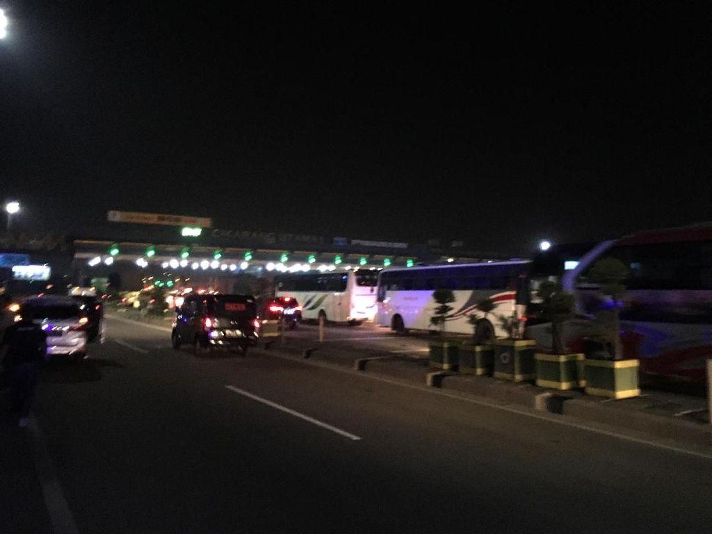 Lalin Jelang GT Cikarang Utama Terpantau Ramai Lancar Malam Ini