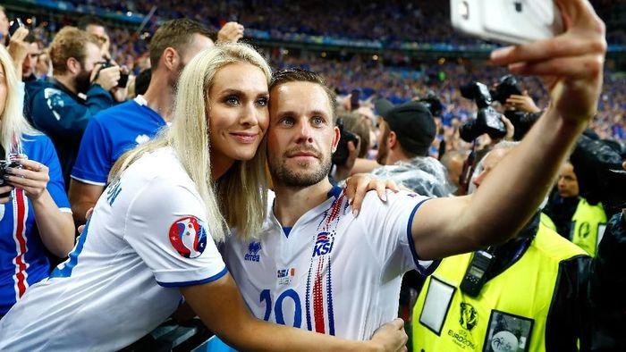 Nama Gylfi Sigurdsson mungkin memang tak sementereng Lionel Messi atau Cristiano Ronaldo. Tapi peran pentingnya untuk timnas Islandia tak diragukan lagi. Sayangnya, ia mengalami cedera lutut parah dan berpacu dengan waktu agar pulih sebelum Piala Dunia bergulir. Foto: Clive Rose/Getty Images