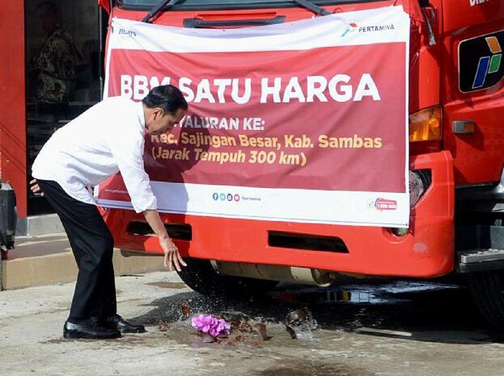 Pecahkan Kendi ke Truk, Jokowi Resmikan BBM Satu Harga di Pontianak