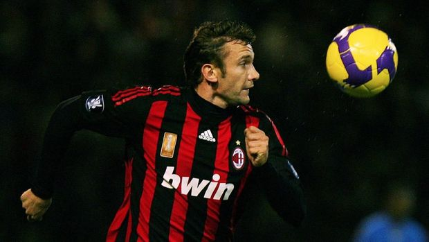 AC Milan's Andriy Shevchenko eyes the ball during their UEFA Group E football match against Portsmouth at home to Portsmouth at Fratton Park stadium on November 27, 2008. AFP PHOTO/CARL DE SOUZA / AFP PHOTO / CARL DE SOUZA