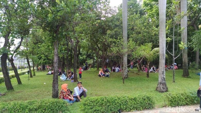 Meski Dilarang, Pengunjung Tetap Bersantai di Rumput Taman Monas