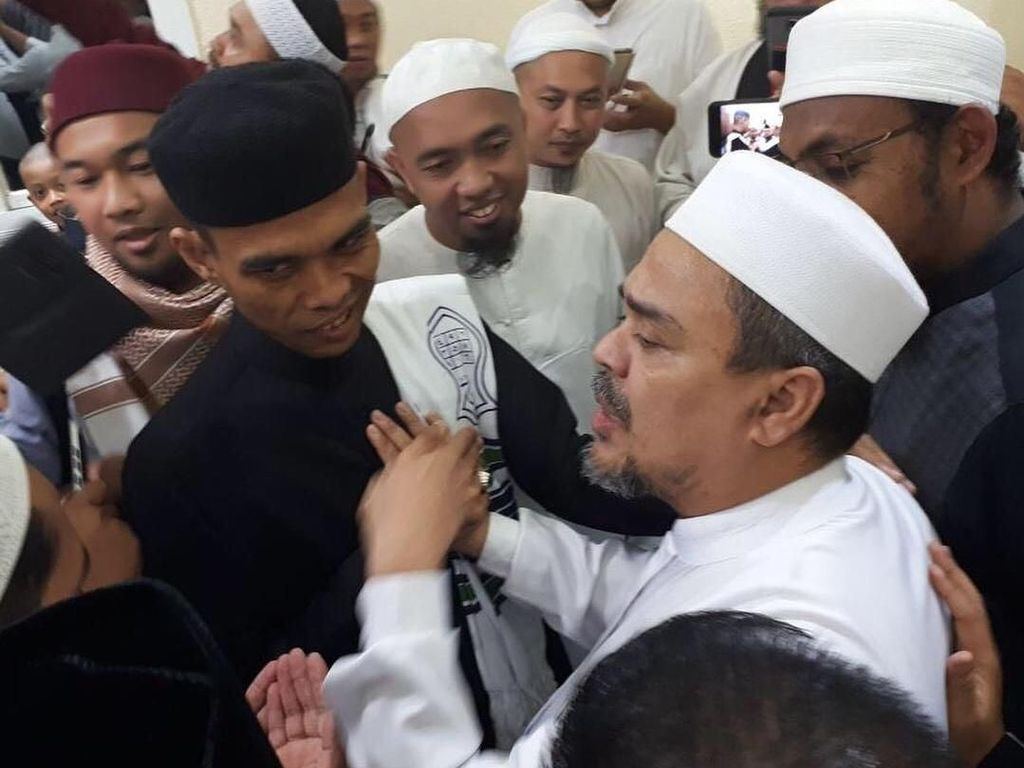 Peluk dan Tawa Saat Ustaz Somad-Habib Rizieq Bertemu di Mekkah