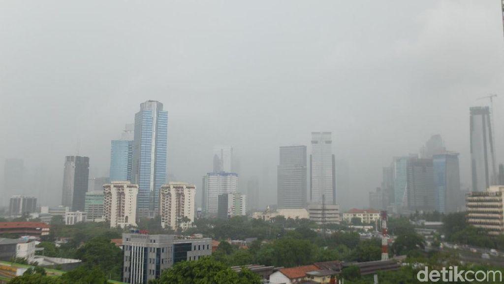Penampakan Hujan Deras di Ibu Kota Jelang Pergantian Tahun