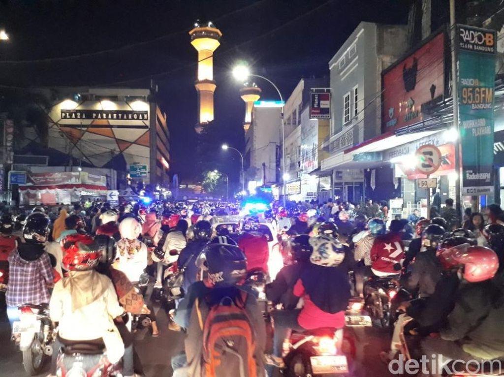 Rayakan Tahun Baru, Warga Padati Kawasan Alun-alun Bandung