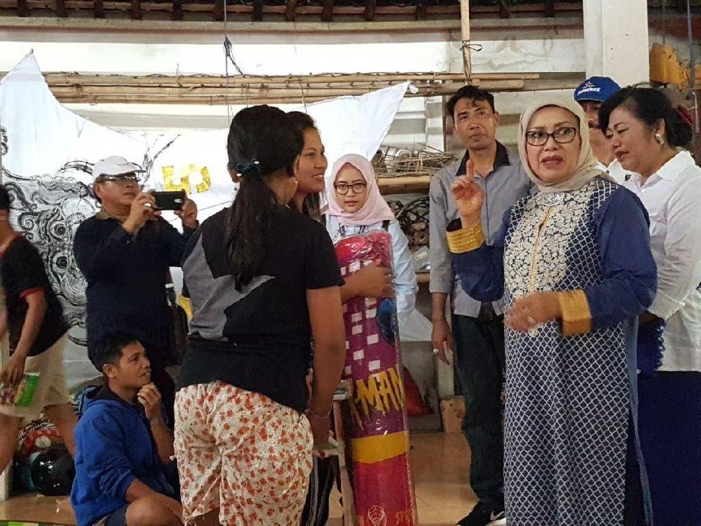 Mufidah Kalla Beri Bantuan Kasur ke Pengungsi Gunung Agung