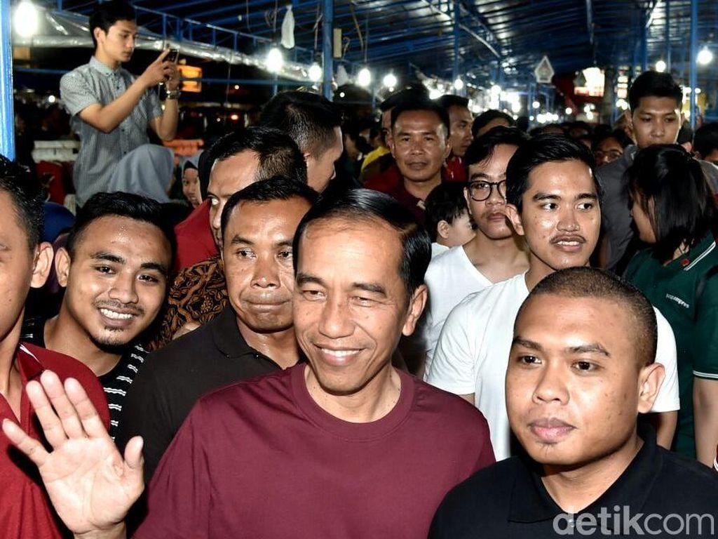 Gaya Merah-Putih Jokowi dan Keluarga Jelang Pergantian Tahun