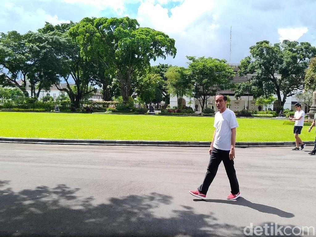 Saat Jokowi Nikmati Malioboro di Pagi Terakhir 2017