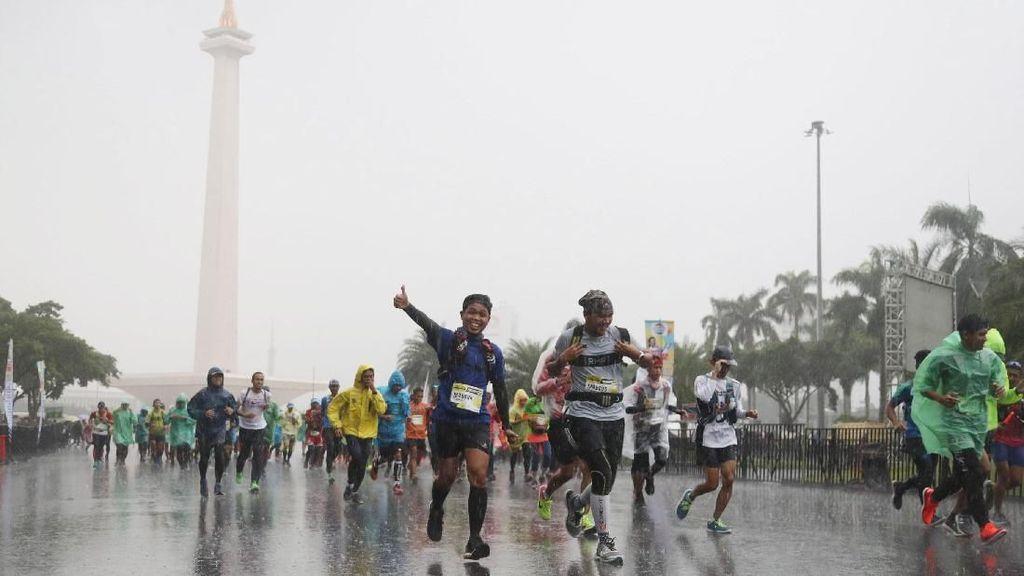 Ratusan Pelari Ultra Marathon Tinggalkan Monas Diiringi Hujan Deras
