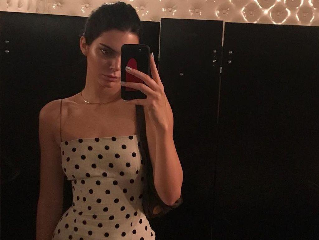 Kendall Jenner Pamer Perut Rata Setelah Diisukan Hamil
