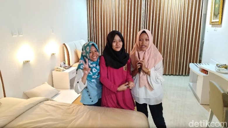 Jokowi Persilakan Trio Gadis Madiun Menginap di Gedung Agung