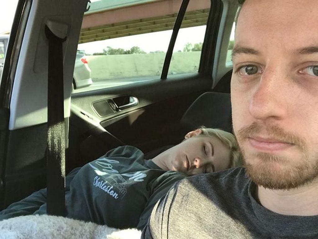 Foto Pria yang Ajak Selfie Istrinya yang Tidur Jadi Viral