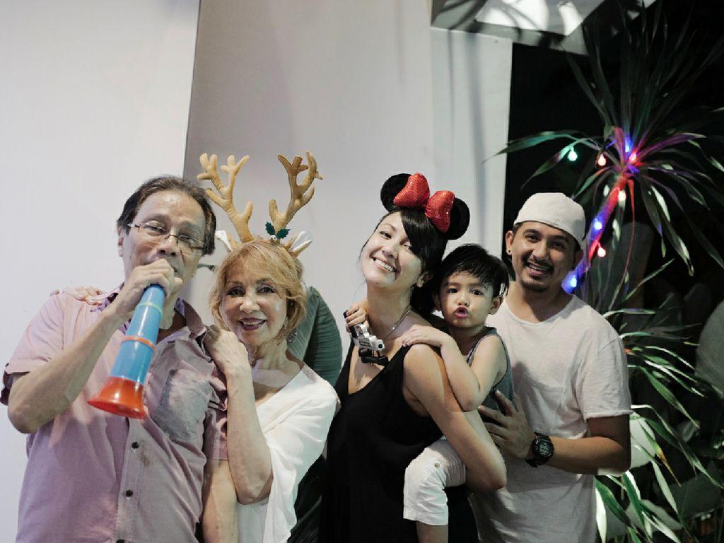 Beragam Gaya Keluarga Rayakan Tahun Baru, Mana Favorit Bunda?