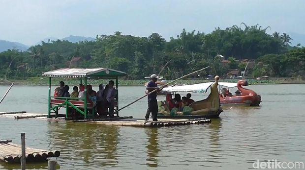 Ada pula bahtera bambu